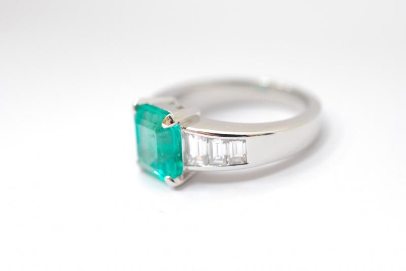 《春にリサイクルしましょう》。エメラルド/ダイヤ等宝石の買取はくずはモールそば『質はしもと(有)橋本質店』